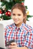 Mujer con el ordenador portátil y la tarjeta de crédito Imagen de archivo libre de regalías