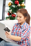 Mujer con el ordenador portátil y la tarjeta de crédito Foto de archivo