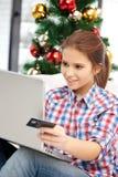 mujer con el ordenador portátil y la tarjeta de crédito Fotografía de archivo