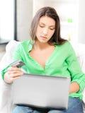 Mujer con el ordenador portátil y la tarjeta de crédito Imagenes de archivo