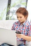 Mujer con el ordenador portátil y la tarjeta de crédito Imagen de archivo