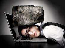Mujer con el ordenador portátil que tiene tensión. Imagen de archivo