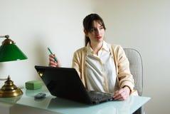 Mujer con el ordenador portátil que trabaja en un Prob Imagen de archivo libre de regalías