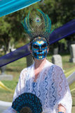 Mujer con el ornamento colorido en el cráneo de la cabeza y del azúcar Foto de archivo libre de regalías