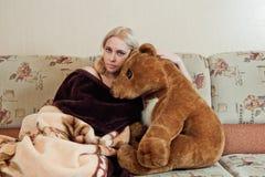 Mujer con el oso de peluche Imagenes de archivo
