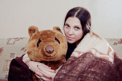 Mujer con el oso de peluche foto de archivo