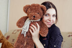 Mujer con el oso de peluche foto de archivo libre de regalías