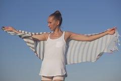 Mujer con el pañuelo Fotografía de archivo libre de regalías