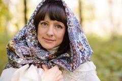 Mujer con el pañuelo el bosque Foto de archivo libre de regalías