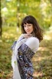 Mujer con el pañuelo el bosque Imagen de archivo libre de regalías