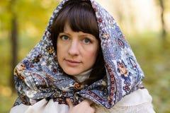 Mujer con el pañuelo en el bosque Foto de archivo libre de regalías