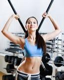 Mujer con el palillo de las pesas de gimnasia Imágenes de archivo libres de regalías