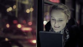Mujer con el panel táctil en el autobús metrajes