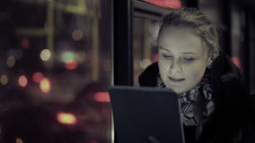 Mujer con el panel táctil en el autobús almacen de metraje de vídeo