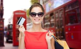 Mujer con el panier adentro y la tarjeta de crédito Londres Fotos de archivo
