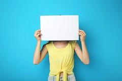 Mujer con el papel en blanco Imagenes de archivo