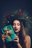 Mujer con el paquete del regalo de la Navidad imagen de archivo libre de regalías