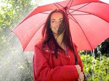 Mujer con el paraguas imagen de archivo