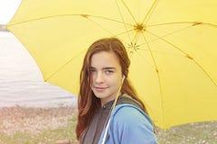 Mujer con el paraguas amarillo Fotos de archivo