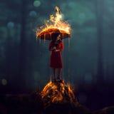 Mujer con el paraguas ardiente imagenes de archivo