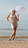 Mujer con el paraguas blanco Imagen de archivo