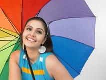 Mujer con el paraguas del arco iris Imagen de archivo