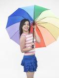 Mujer con el paraguas del arco iris Fotos de archivo