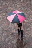 Mujer con el paraguas en lugar de los adoquines en la ciudad Fotografía de archivo