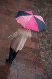 Mujer con el paraguas en lugar de los adoquines en la ciudad Fotos de archivo