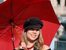 Mujer con el paraguas rojo imagenes de archivo
