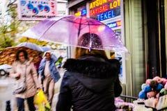 Mujer con el paraguas transparente que camina en un día lluvioso Fotografía de archivo libre de regalías