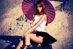 Mujer con el parasol imagen de archivo libre de regalías
