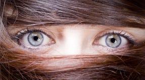 Mujer con el pelo alrededor de los ojos Imágenes de archivo libres de regalías
