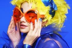 Mujer con el pelo amarillo y los vidrios carnaval Foto de archivo libre de regalías