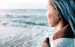 Mujer con el pelo azul que mira el mar fotos de archivo