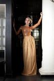 Mujer con el pelo corto cerca de la columna Fotografía de archivo libre de regalías