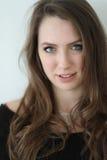 Mujer con el pelo de Brown y los ojos azules hermosos Foto de archivo