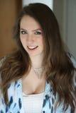 Mujer con el pelo de Brown y los ojos azules hermosos Imágenes de archivo libres de regalías