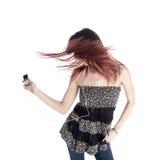 Mujer con el pelo despeinado que escucha la música MP3 Fotos de archivo