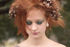 Mujer con el pelo embromado anaranjado con las flores muertas Imagen de archivo libre de regalías
