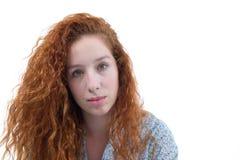 Mujer con el pelo hermoso Un adolescente redheaded tiene pelo rizado a Imagen de archivo libre de regalías