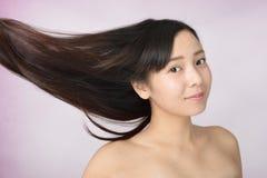 Mujer con el pelo largo hermoso fotos de archivo