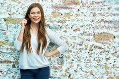 Mujer con el pelo largo que presenta en fondo de la pared de ladrillo del grunge Fotos de archivo libres de regalías