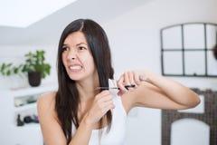Mujer con el pelo largo que se prepara para cortarlo imágenes de archivo libres de regalías
