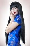 Mujer con el pelo largo trigueno fotos de archivo