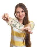 Mujer con el pelo marrón largo que muestra la nota del dólar Imagen de archivo libre de regalías