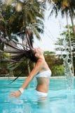 Mujer con el pelo mojado en la piscina Imagen de archivo libre de regalías