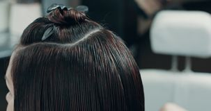 Mujer con el pelo mojado que se prepara y que se peina para el harcut almacen de video