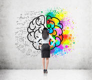 Mujer con el pelo negro y el bosquejo grande del cerebro