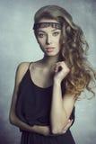 mujer con el pelo ondulado largo imagenes de archivo